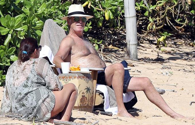 Cặp đôi tắm nắng, thưởng thức trà trên bãi biển bình yên.