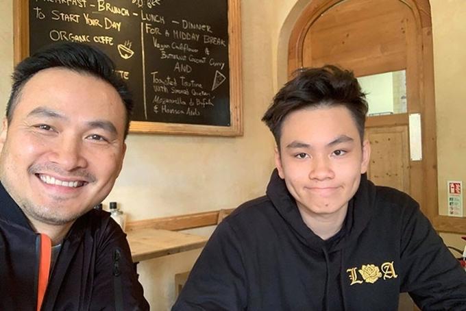Chi Bảo (trái) và con trai.
