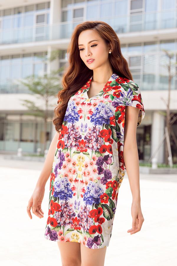 Trong bộ sưu này, nhà mốt Việt tiếp tục giới thiệu các mẫu váy suông, váy. ngắn không kén dáng để giúp chị em tự do chưng diện khi đi du xuân.