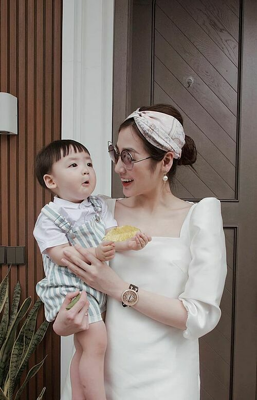 Á hậu Dương Tú Anh và con trai qua ống kính của chồng.