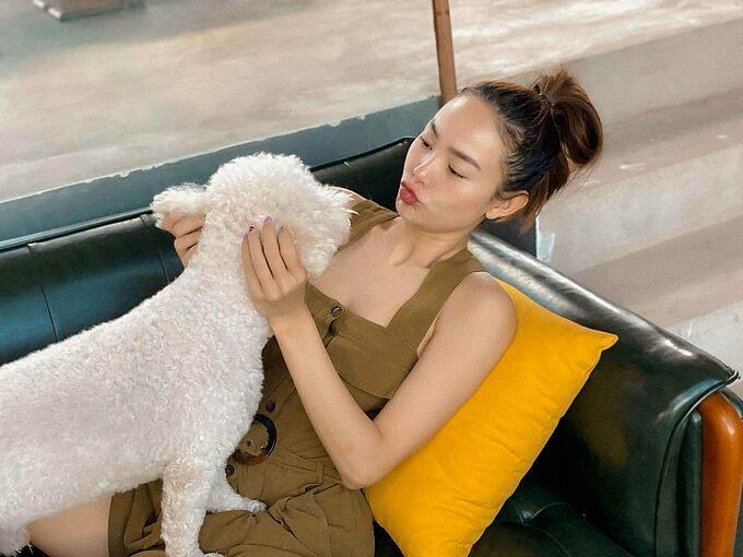 Minh Hằng thảnh thơi đọc sách, chơi đùa với chó cưng và nhận mình đang trong những ngày sống siêu chậm.