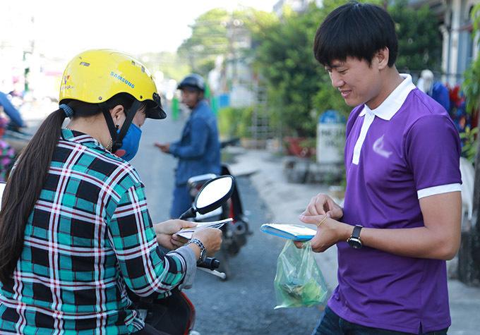 [Caption]Quách Ngọc Tuyên sắm vai thanh niên đi bán vé số dạo để thực hiện chương trình Cảm xúc bất ngờ nhằm giúp đỡ những hoàn cảnh khó khăn.[Caption]