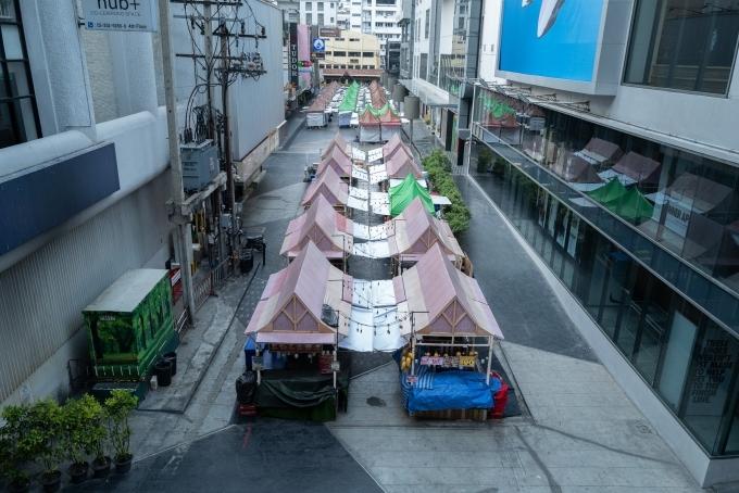 [Caption]aKhách du lịch chờ đợi để lên xe buýt của họ tại bến xe buýt Mor Chit đông đúc ở Bangkok vào Chủ nhật. Cuộc di cư được cho là được kích hoạt bởi việc đóng cửa 26 loại hình kinh doanh tại Bangkok và năm tỉnh khác trong ba tuần để giải quyết sự lây lan của Covid-19.