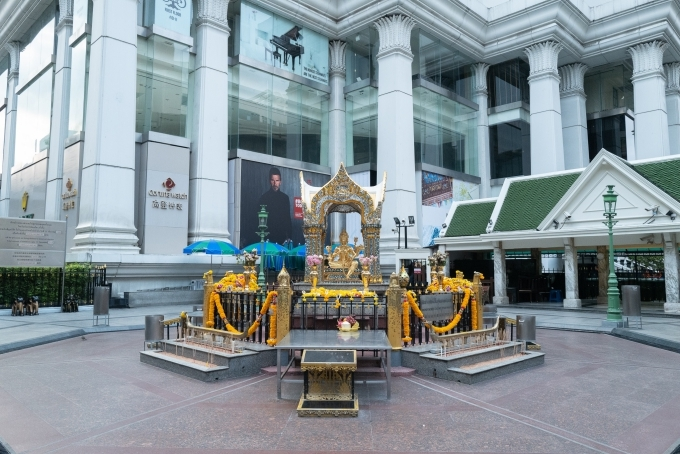 Đền Erawan hay còn được gọi là đền thờ Phật bốn mặt, một trong những ngôi đền nổi tiếng nhất Bangkok,nằm giữa ngã ba sầm uất và được bao bọc bởi ba trung tâm thương mại lớn CentralWorld – Platinum – Big C nay không ai đến cầu nguyện. Khi dịch bệnh chưa xảy ra, xung quanh khu này lúc nào cũng nghi ngút khói, hoa cúng chất đầy xung quanh bất kể ngày hay đêm đều rất đông đúc. Ảnh Bearly Vanessy