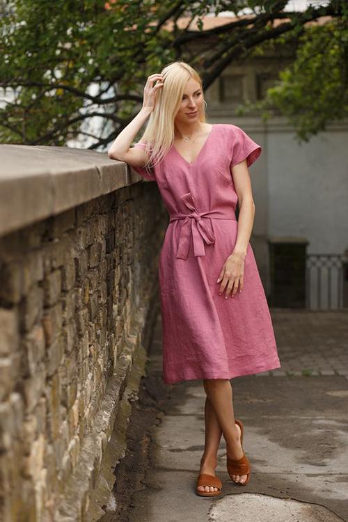 Váy suông, đầm liền thân đề cao sự giải phóng hình thể được xây dựng trên các chất liệu vải dệt tự nhiênnhư linen, đũi, bố mỏng.