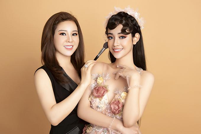 Mái tóc được uốn lọn xoăn, giúp cô dâu có vẻ ngoài kiêu kỳ. Mái tóc được làm điệu bởi bờm hoa 3D mang hơi thở mùa xuân.