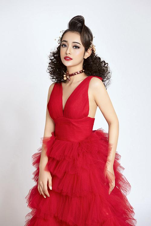 2. Makeup tông đỏ rực rỡSon môi đỏ là biểu tượng của sự quyến rũ, được cô dâu ưa chuộng cho đám cưới mùa xuân. Màu son đỏ còn làm cho răng trắng hơn, tôn nước da Á đông.