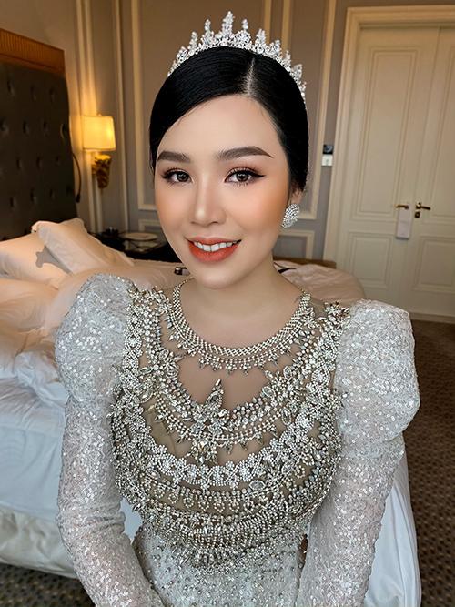 Tuy nhiên, khi tìm kiếm đầm cưới, Ngọc Dung cảm thấy tự làm khó chính mình vì mãi chưa tìm được mẫu váy như mong muốn. Sau đó, Dung tình cờ biết tới NTK Linh Nga và trình bày ý tưởng về mẫu đầm cưới mơ ước.