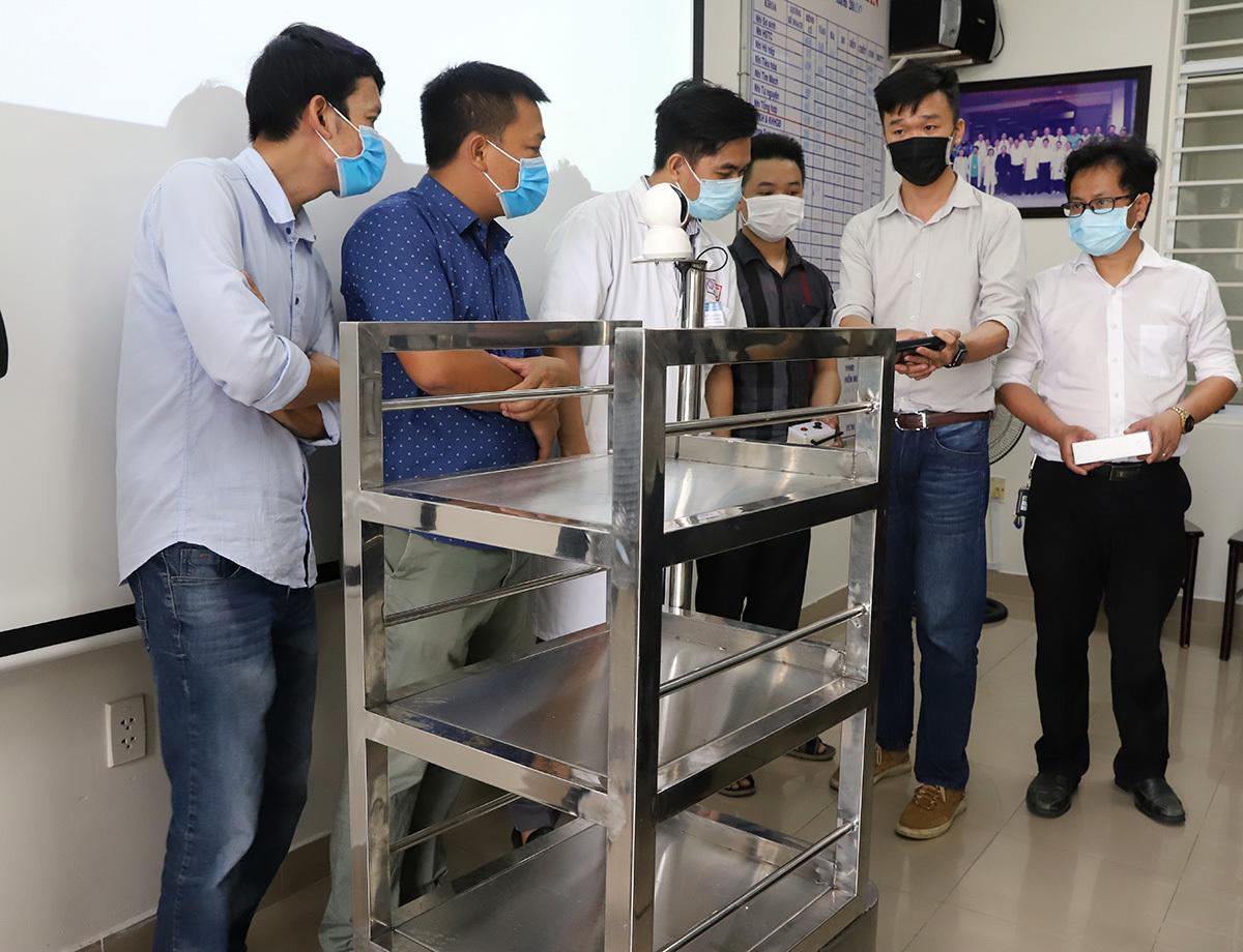 Robot được thiết kế dạng xe đẩy, có 3 tầng. Ảnh: Ngọc Trường.