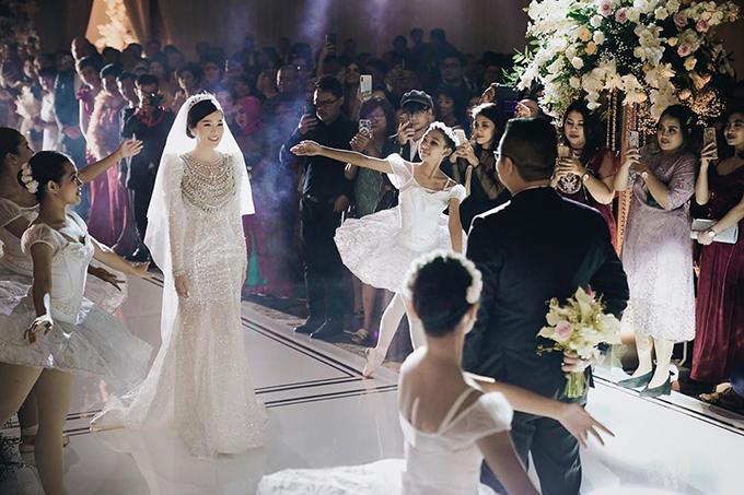 5.000 viên đá pha lê Swarovski, 50 m vải nhũ bạc pha lê đã được sử dụng để làm nên tác phẩm váy cưới. Phần tay áo phồng kiểu vương giả kết hợp vương miện để giúp Ngọc Dung toả sáng khi cùng chồng khiêu vũ trên nền giai điệu hạnh phúc trong tiệc cưới. Đuôi váy được thiết kế tỉ mỉ, có độ xoè nhẹ, giúp từng nhịp di chuyển của cô dâu trở nên lôi cuốn trên lễ đường cưới.
