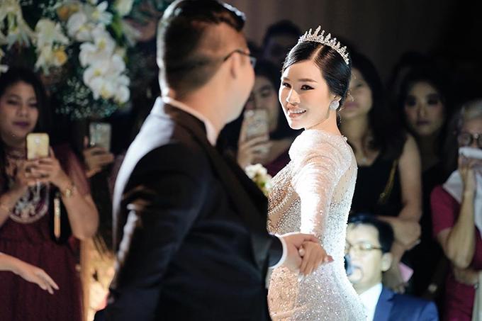 Đồng thời, nhờ độ ôm của phom dáng váy mà vòng 3 của cô dâu trông đầy đặn hơn hẳn. Bộ đầm mà Ngọc Dung diện có giá trị là 100 triệu đồng.