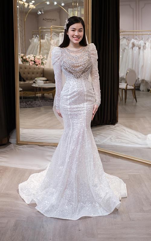 Bộ cánh được chị lấy ý tưởng từ váy của nữ thần Venus trong truyện thần thoại. Thử thách mà chính Linh Nga đặt ra cho mình ở sáng tạo lần này là điểm xuyết váy bằng những viên đá pha lê Swarovski, tạo hoa văn Gothic mang âm hưởng thời trang châu Âu thập niên 1960 lên ngực áo.