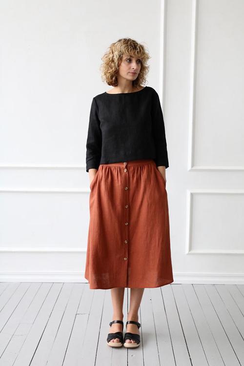 Các mẫu áo dáng lửng, cổ tròn thường được mix cùng chân váy đồng điệu chất liệu.
