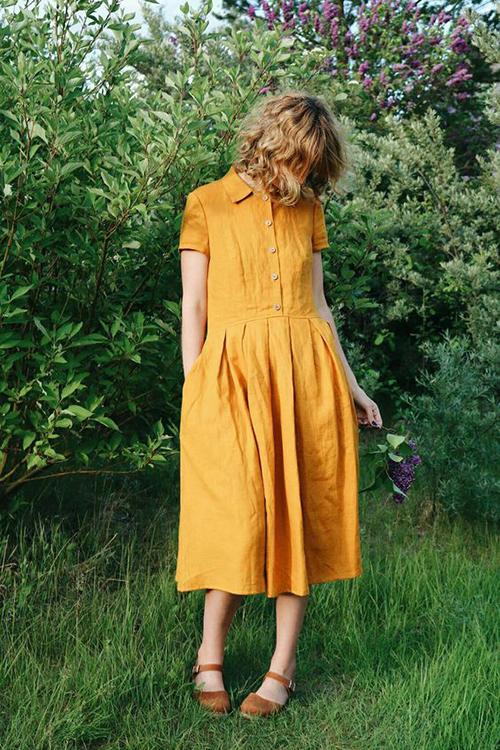 Đầm cổ sơ mi xinh xắn với cách trang trí phần gài cúc cho thân trên và xếp nếpphần chân váy.