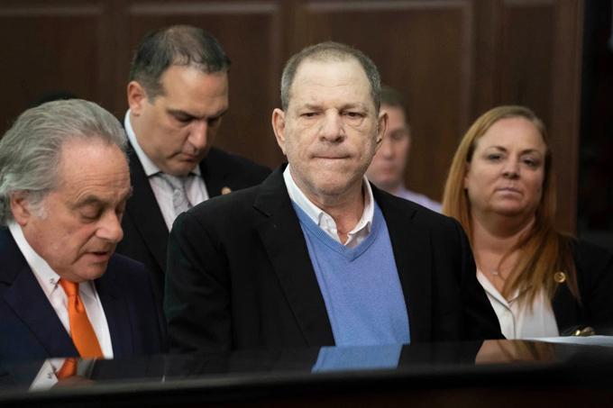 Harvey (mặc áo len xanh) trong một phiên tòa. Ảnh: Pagesix.