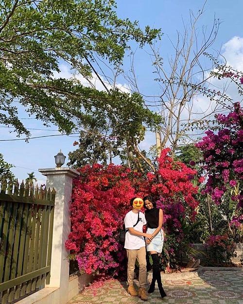 Hoa hậu HHen Niê cũng hưởng ứng chiến dịch này. Cách đây vài ngày cô và bạn trai về quê nhà ở Đắk Lắk để nghỉ ngơi. Người đẹp Ê Đê cho biết dù nhà mới đã hoàn thành nhưng gia đình cô hoãn kế hoạch tổ chức tân gia vì không muốn tụ tập đông người.