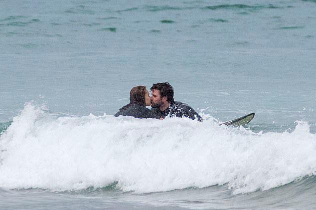 Cặp uyên ương tận hưởng không gian bình yên trên đảo, cách xa Melbourne đông đúc giữa những ngày dịch bệnh. Phillip Island chính là quê nhà của gia đình Hemsworth.