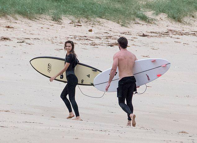 Cặp đôi giữ chuyện tình cảm riêng tư, từ chối chia sẻ với truyền thông. Liam Hemsworth đã chính thức ly hôn ca sĩ Miley Cyrus vào tháng 2 năm nay.