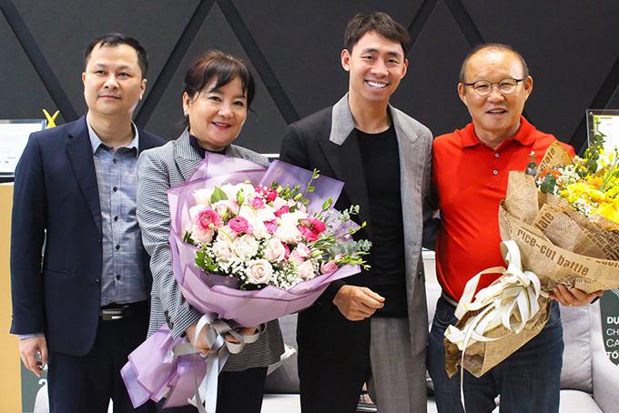 HLV Park và vợ được tặng hoa khi ký hợp đồng mua nhà.