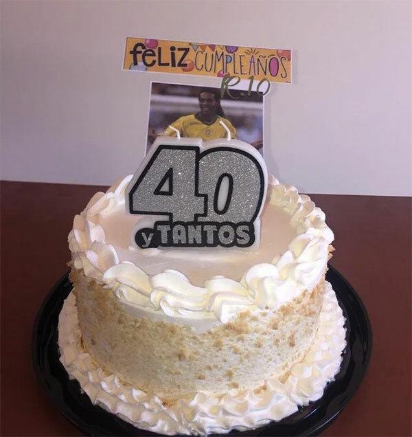 Bánh sinh nhật bạn tù tặng Ronaldinho. Ảnh: Sun.
