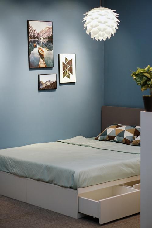 Căn phòng ngủ sơn màu xanh đậm rất phù hợp với gia chủ mệnh Thủy