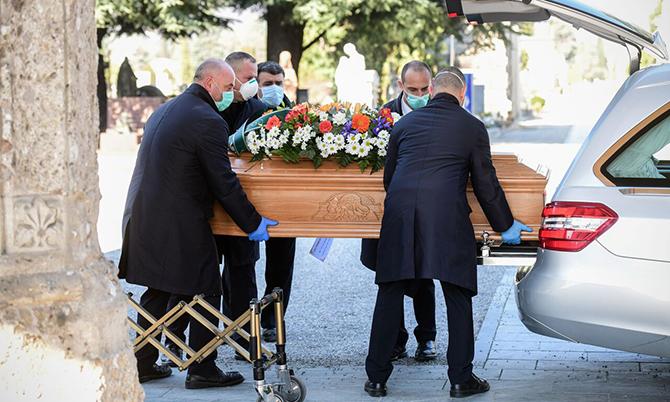 Một chiếc quan tài của nạn nhân Covid-19 được chuyển đến lò hỏa táng ở Bergamo, Italy. Ảnh: Reuters.