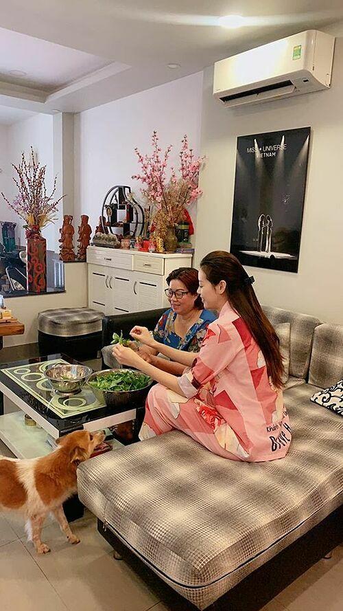 Trên trang cá nhân, Khánh Vân đăng ảnh ở nhà phụ mẹ nấu ăn ngày cuối tuần và chơi với mèo cưng. Hoa hậu hạnh phúc vì dành nhiều thời gian hơn cho gia đình và thấy giống lúc nhỏ luôn quấn quýt bên bố mẹ.