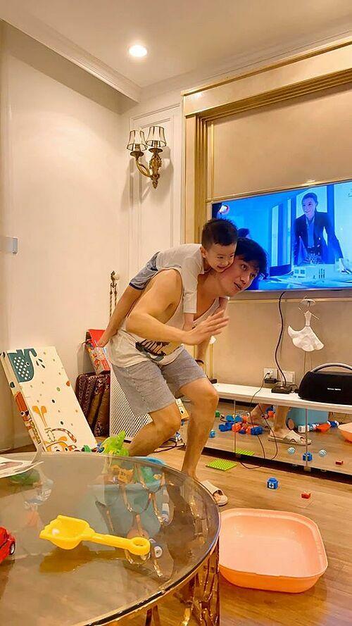 Diễn viên Việt Anh chơi đùa cùng con trai và nhắn nhủ mọi người hưởng ứng chương trình Ai ở đâu làm ơn ở đấy những ngày dịch Covid-19.