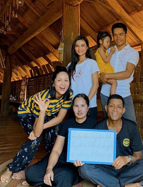 Sau khi hoàn thành một số công việc dang sở, HHen Niê (trái) trở về quê nhà Đắk Lắk.