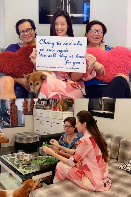 Hoa hậu Khánh Vân cũng chọn ở nhà giúp đảm bảo an toàn cho bản thân và cộng đồng. Cô phụ giúp mẹ nấu ăn, tranh thủ học tiếng anh và tập gym chuẩn bị dự thi Miss Universe 2020.