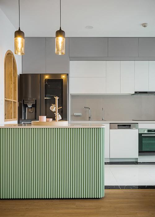 Khi nắng chiếu vào bếp sẽ tạo nên khoảng sáng, tối. Nội thất của căn hộ đều theo xu hướng tối giản.