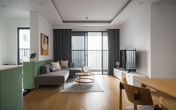 Phòng khách là nơi mà chủ nhà ưng ý nhất vì không gian này có tông màu cả gia đình yêu thích, là khu vực để gia đình quây quần sau cả ngày lao động, học tập. Các không gian vách sau sofa, bàn nơi bếp được phủ màu xanh xám (green sage).