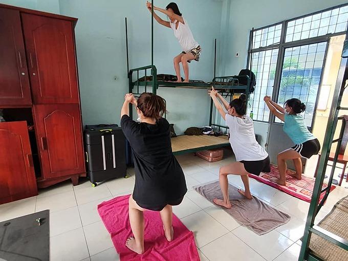 Trên trang cá nhân, Kim Nguyên - một giáo viên dạy yoga ở TP HCM - khiến nhiều người thích thú khi chia sẻ về cuộc sống của mình khi cách ly tập trung tạiTrường quân sự thành phố Đà Nẵng.