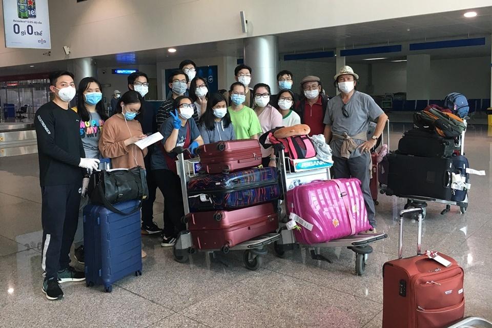 Nhóm du học sinh tại sân bay Tân Sơn Nhất, sáng 24/4.Ảnh: Nhân vật cung cấp