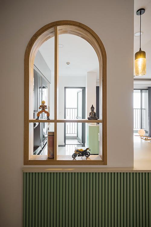 Khu bếp có khung cửa sổ nhỏ để gia chủ đặt các đồ lưu niệm.