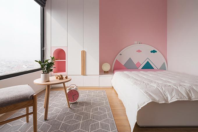 Phòng ngủ tiếp theo mang tông hồng pastel và trắng để tạo cảm giác thoáng rộng.