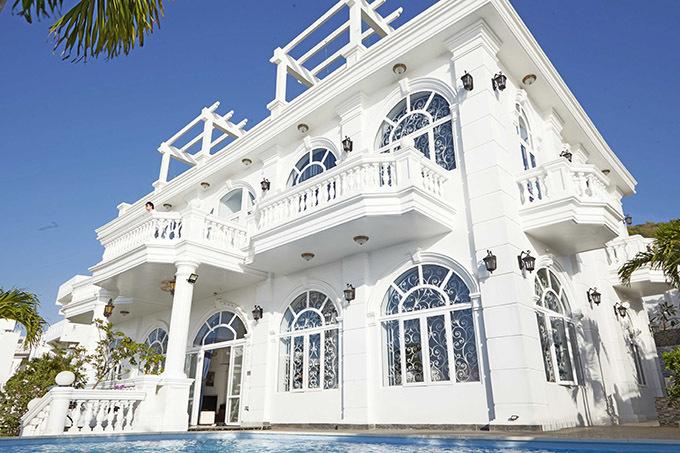 Biệt thự màu trắng trị giá hàng triệu đôla của gia đình Nathan Lee ở Vũng Tàu.