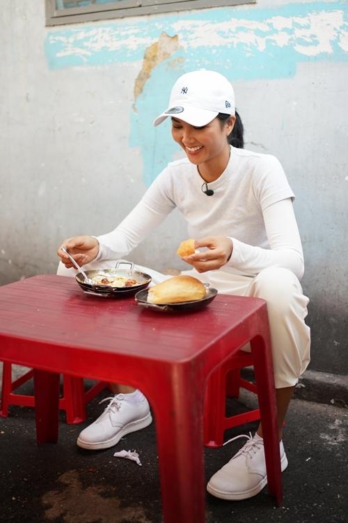 Nhân kỷ niệm 9 năm ngày bánh mỳ được đưa vào từ điển Oxford thế giới, HHen Niê quyết định thực hiện một vlog về món ăn nổi tiếng này của Việt Nam.