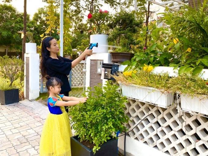 NSƯT Trịnh Kim Chi tạm đóng cửa sân khấu kịch tại quận 6. Cô chọn ở nhà lo cho các con cũng đang nghỉ học vì dịch, đồng thời chăm sóc cây cối trong biệt thự mới tậu.