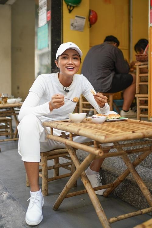 Năm 2018, HHen dự thi Miss Universe và mang bộ trang phục truyền thống lấy cảm hứng từ bánh mỳ.