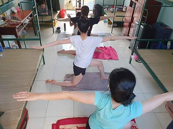 Khăn tắm bản rộng, thậm chí chăn mền được các chị em tận dụng làm thảm yoga.