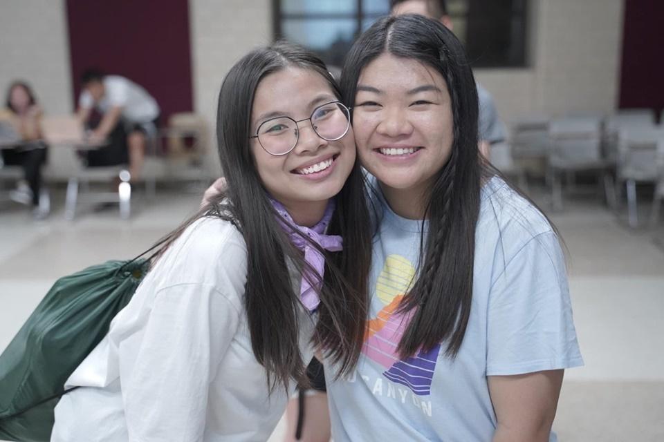 Thanh Thảo (bên trái) chụp cùng bạn khi họcở Mỹ.Ảnh: Nhân vật cung cấp