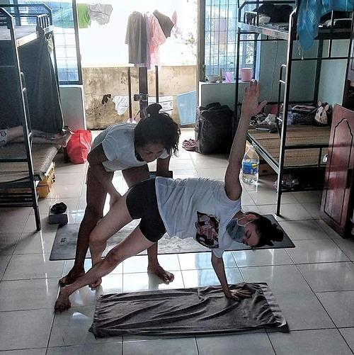 Chị Kim Nguyên hướng dẫn cho một người em cùng phòng.