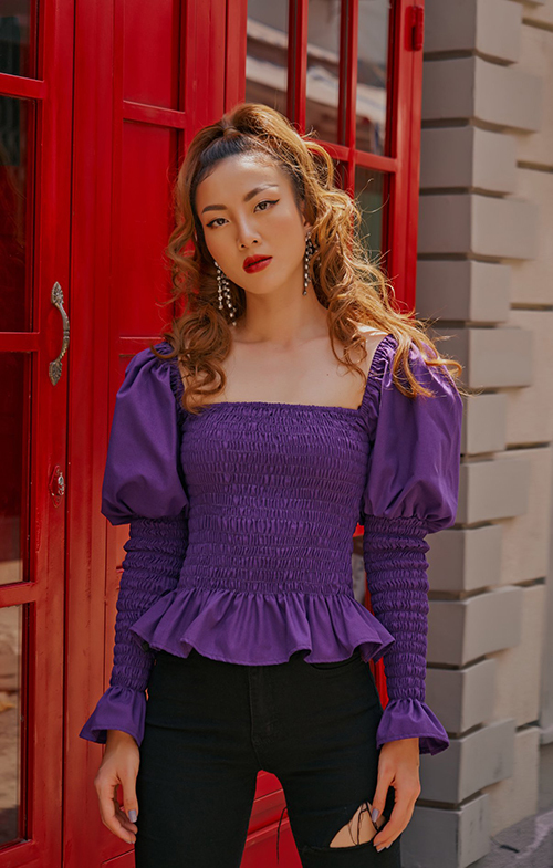 Tông tím với nhiều sắc độ được chị em nhà Song Yến chọn làm gam màu chủ đạo cho các thiết kế mùa hè.