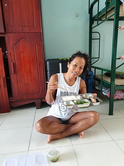 Kim Nguyên dùng bữa trưa vào lúc 11h.
