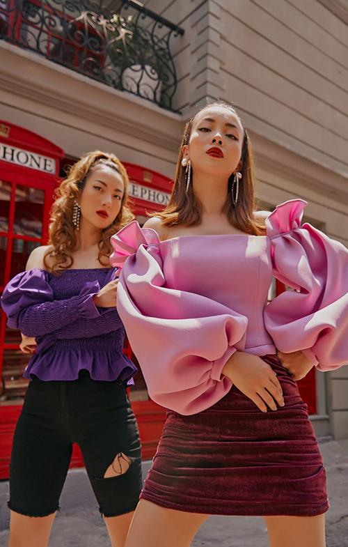 Khi sử dụng trang phục tím, chị em Song Yến thường phối kèm trang phục đen. Bên cạnh đó, váy áo gam hồng cũng được lựa chọn để tạo nên sự thống nhất cho tổng thể.