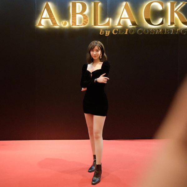 Min rất quyến rũ với bộ váy ôm bó sát đen tuyền