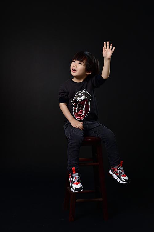 Chia sẻ về con trai, Tùng Dương hào hứng cho biết, bé Voi rất ngoan, mới hơn 4 tuổi nhưng đã bộc lộ tính nghệ sĩ. Cậu bé thích âm nhạc từ rất sớm và đặc biệt thông minh khi học tiếng Anh.Chứng kiến sự thay đổi mỗi ngày của con trai khiến Tùng Dương cảm thấy như được tiếp thêm nguồn năng lượng tươi mới để bản thân sống hướng thiện hơn.