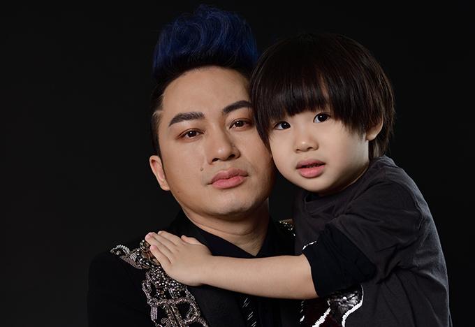 Cậu bé tên thật là Mạc Lam, năm nay hơn bốn tuổi, làtrái ngọt đầu tiên trong cuộc hôn nhân của Tùng Dương và bà xã Giang Phạm. Khi ở nhà, cậu bé thường được bố mẹ gọi bằng biệt danh thân thương là bé Voi.