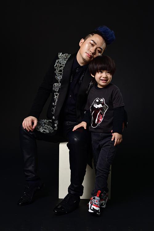 Không thể chạy show trong thời điểm Covid-19 diễn biến phức tạp, Tùng Dương tranh thủ thực hiện một bộ hình kỷ niệm cùng con trai đầu lòng.